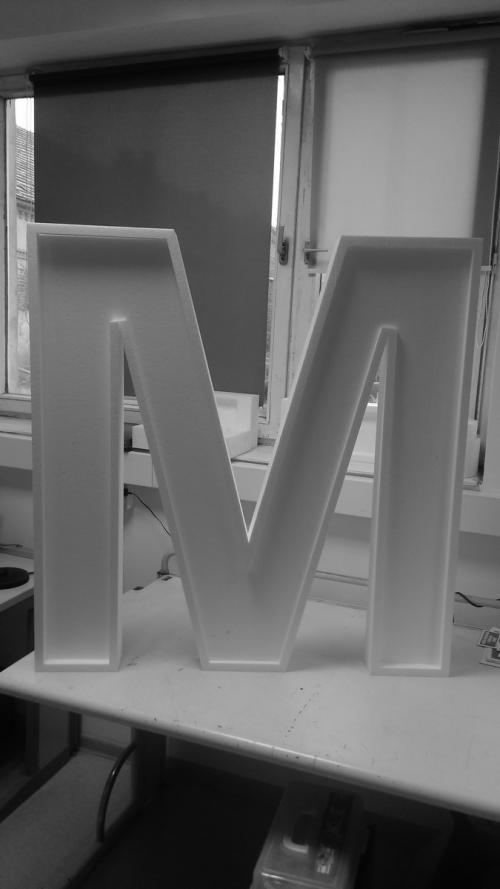 Wycięta liter M z eps (styropianu)